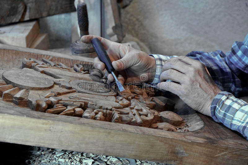 Découpage du bois Carver avec le burin image stock