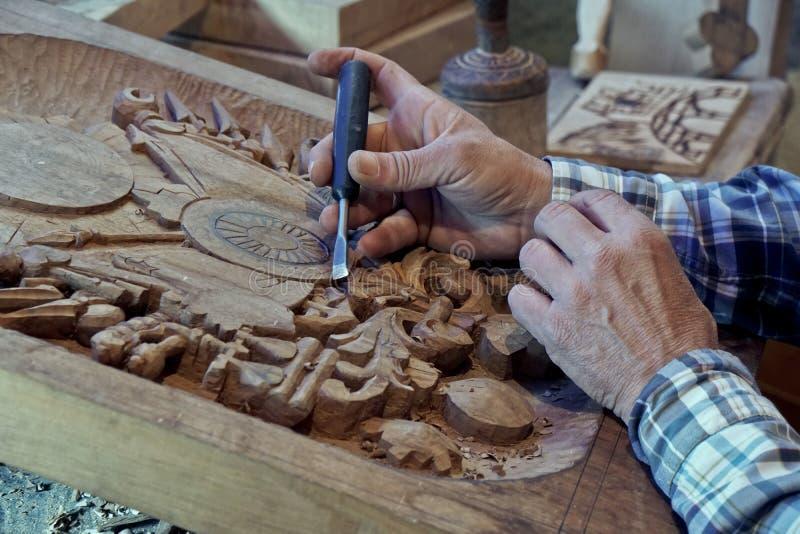 Découpage du bois Carver avec le burin photographie stock