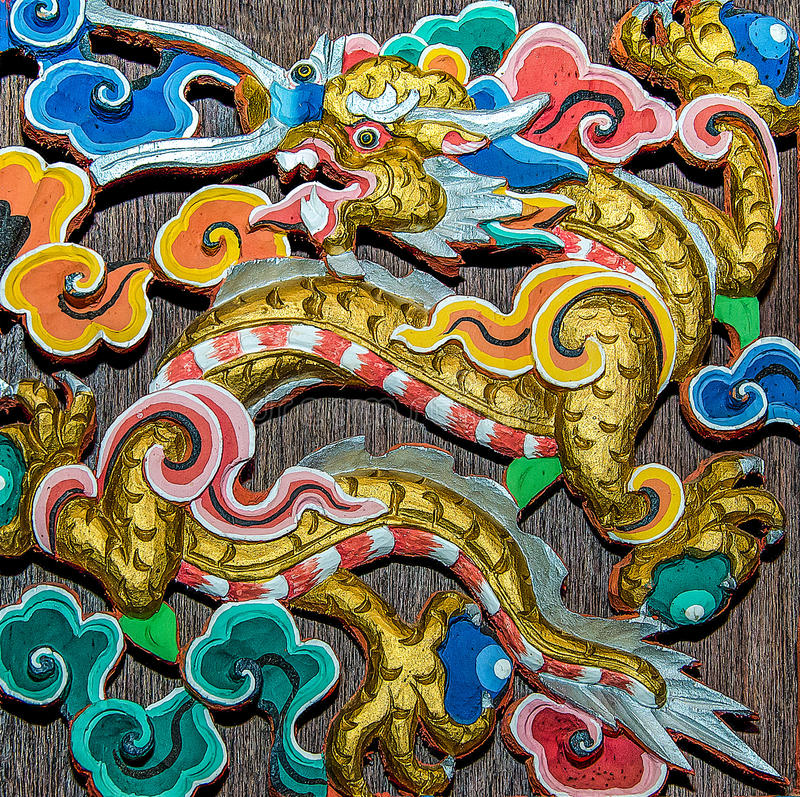 Découpage du bois du dragon image stock