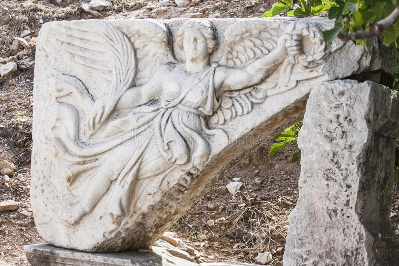 Découpage en pierre de la déesse grecque Nike, dans le romain grec et postérieur antique, ville d'Ephesus photographie stock libre de droits