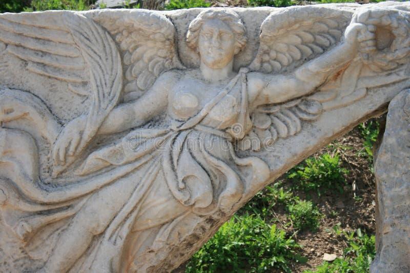Découpage en pierre de la déesse Nike aux ruines d'Ephesus antique, Turquie images stock