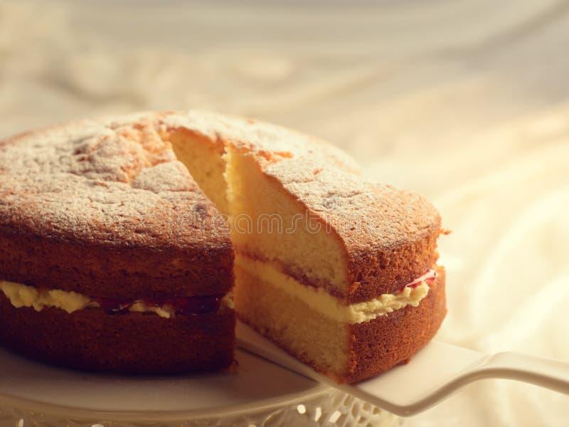 Découpage en tranches du gâteau photo stock