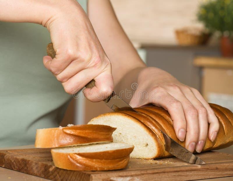 Découpage en tranches du pain photo stock