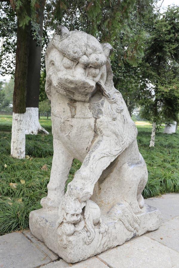 Découpages chinois antiques de pierre de lion dans le temple célèbre de jianfusi en hiver, adobe RVB images stock