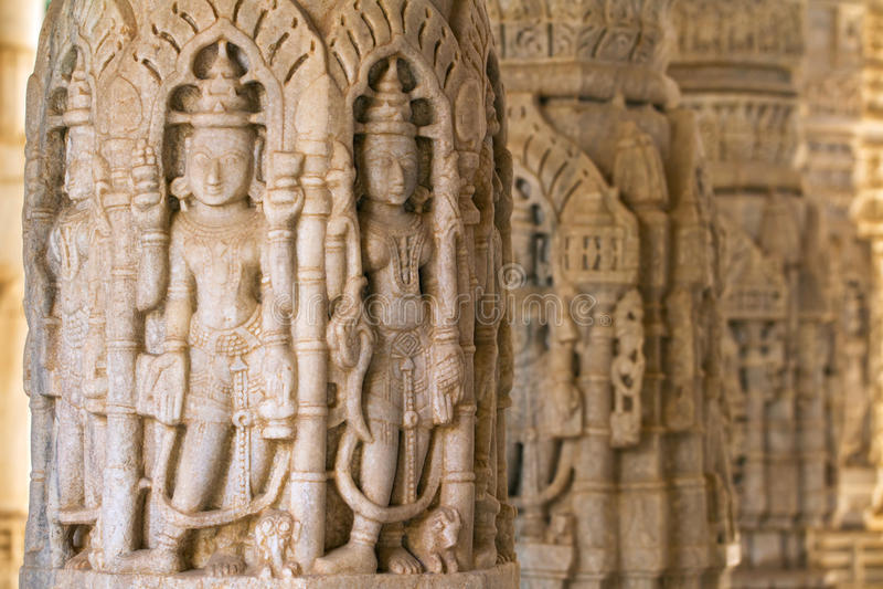 Découpages dans le temple de Chaumukha dans Ranakpur, Inde photos stock