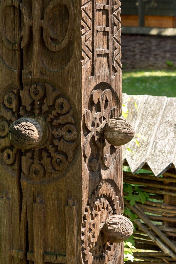 Découpages du bois traditionnels - maison roumaine photographie stock