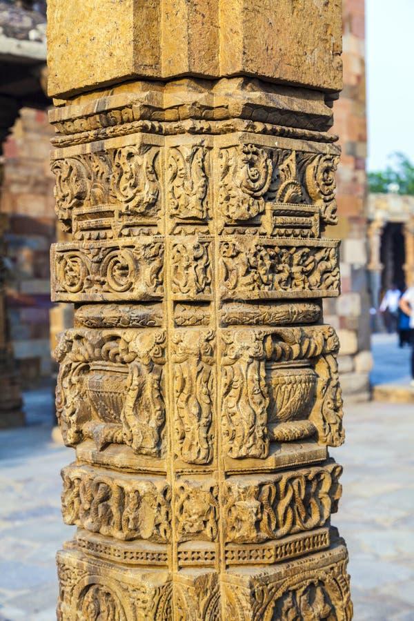 Découpages en pierre aux piliers, Qutb Minar photo stock