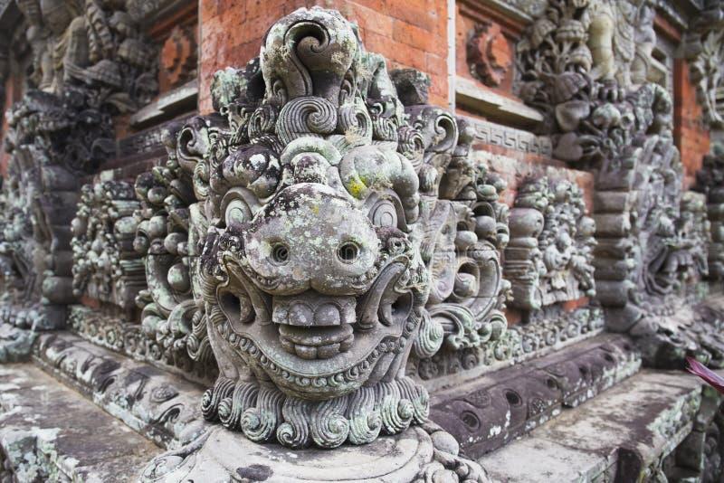 Découpages et décorations sur le mur de temple, île de Bali, Indonésie photos libres de droits