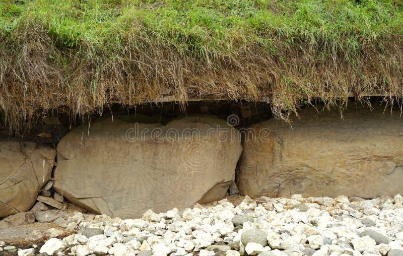 Découpages néolithiques sur la tombe en Irlande photo stock