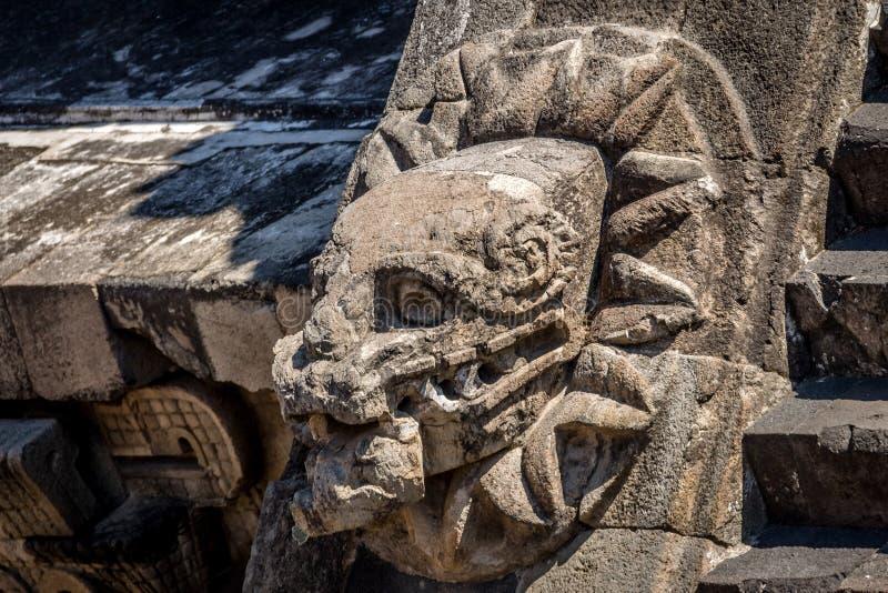 Découpant des détails de pyramide de Quetzalcoatl aux ruines de Teotihuacan - Mexico, le Mexique images stock