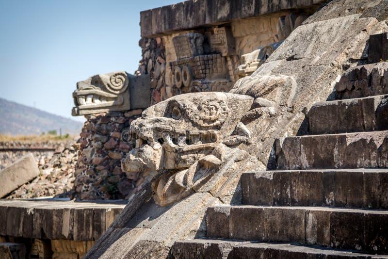 Découpant des détails de pyramide de Quetzalcoatl aux ruines de Teotihuacan - Mexico, le Mexique photo libre de droits