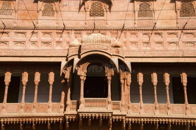 Découpant des détails du balcon situé au fort de Junagarh, Bikaner, Ràjasthàn, Inde photo libre de droits