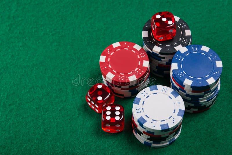 Découpe et des jetons de poker de ci-dessus sur la table verte de tisonnier images libres de droits