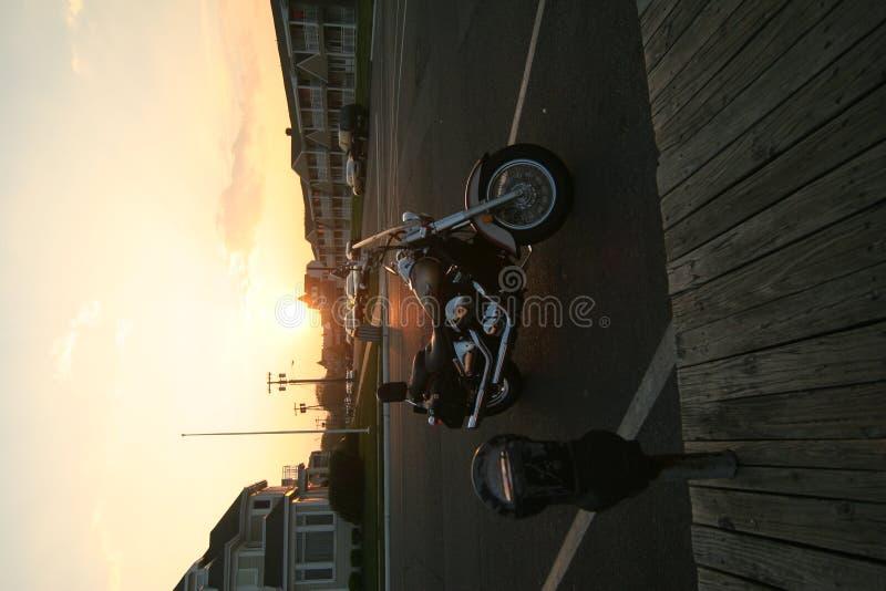 Découpeur dans le coucher du soleil photo stock