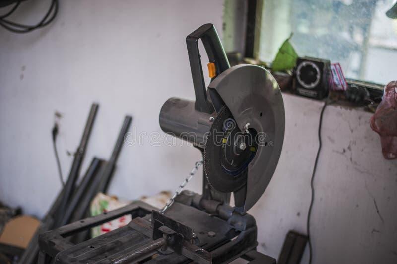 Découpeuse pour le métal dans l'atelier rectifieuse photo libre de droits