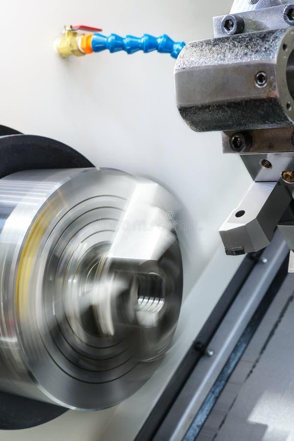 Découpeuse rotatoire en métal de commande numérique par ordinateur de mandrin de tour photo stock