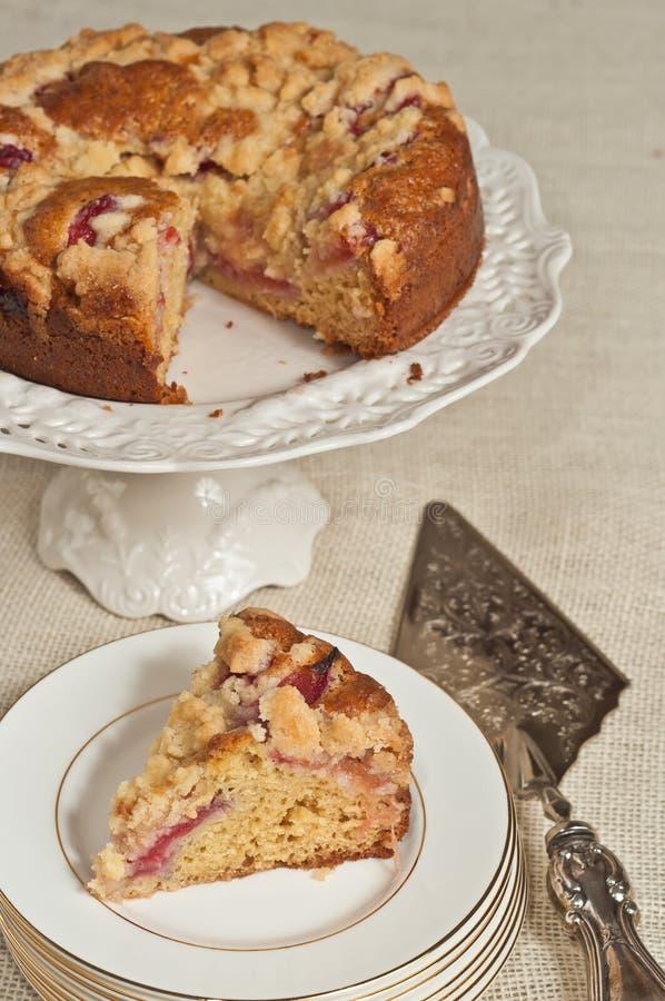 Découpez en tranches de la prune fraîchement cuite au four et faite maison, la crème sure, gâteau au café sur la pile du rond, pl images libres de droits