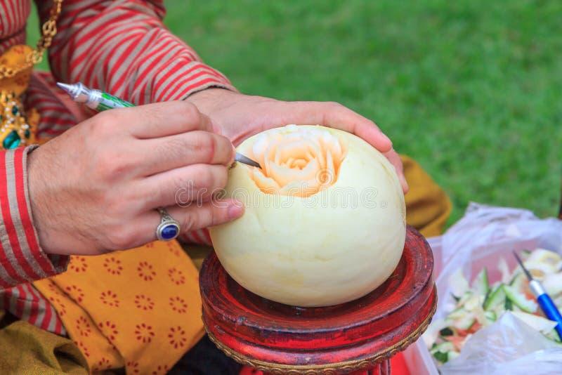 Découpez le cantaloup pour fleurir la forme photos libres de droits