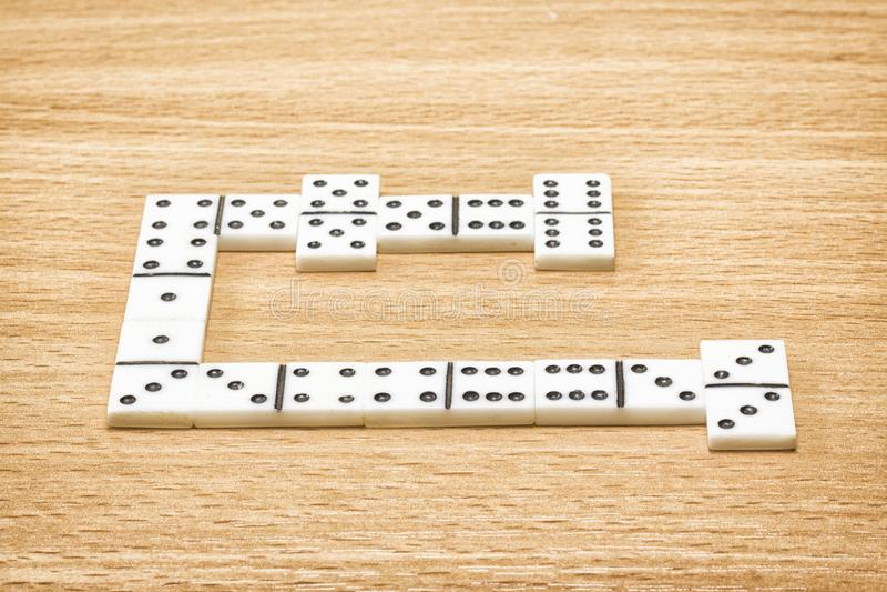Découpez pour jouer des dominos sur une table en bois photographie stock libre de droits