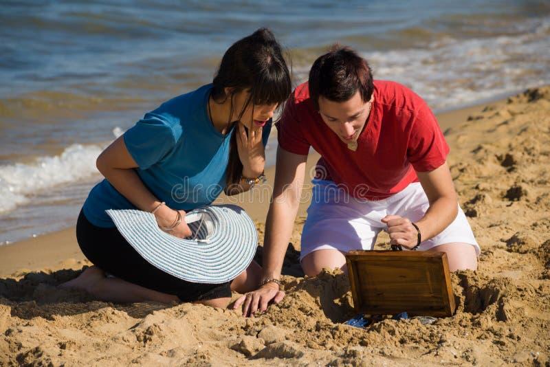 Découverte d'un trésor sur le sable images stock