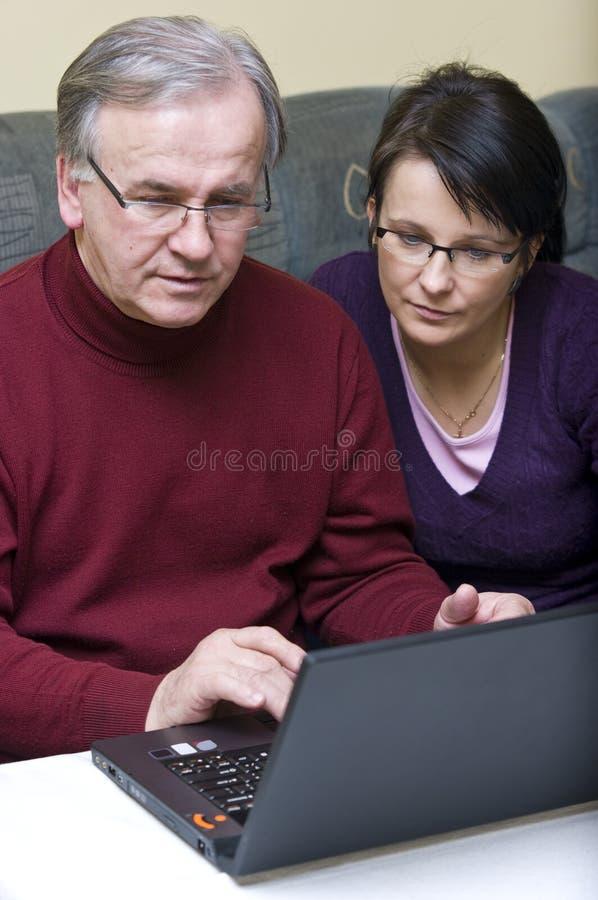 Découverte de l'ordinateur portatif image libre de droits