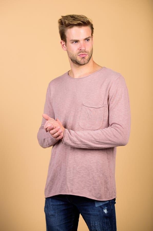 Découvrez les derniers styles de chemise à manches longues Sens décontracté et confortable Vêtements à la mode Homme beau photos stock