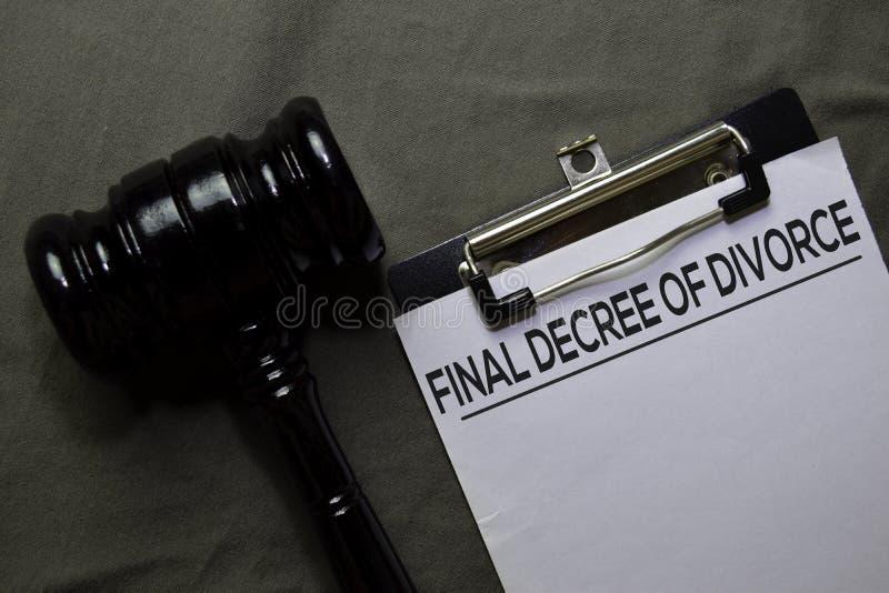 Décret final de divorce sur le document et le javel isolés sur le bureau Concept de droit photo stock