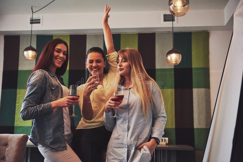 Décrivez présenter le groupe heureux d'amis avec le vin rouge photo libre de droits