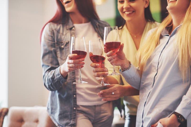 Décrivez présenter le groupe heureux d'amis avec le vin rouge photos libres de droits