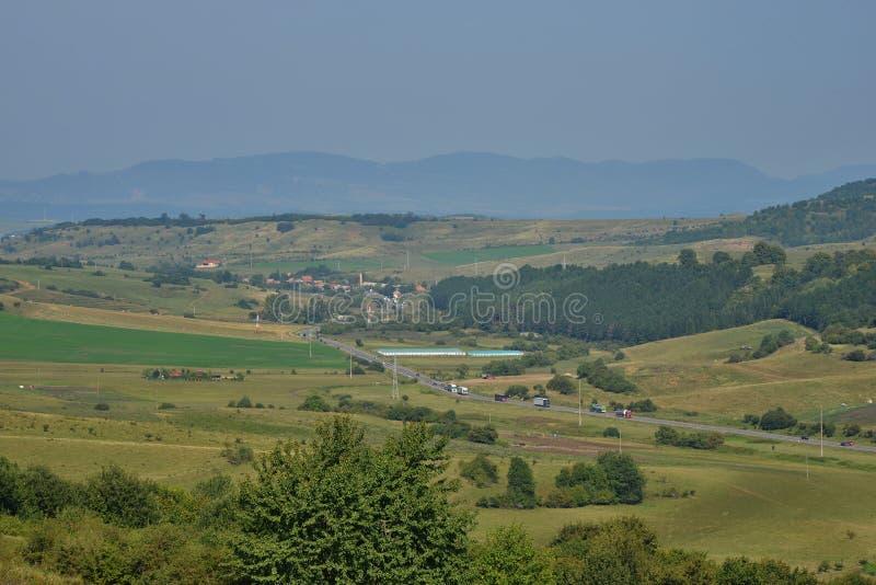 Décrivez pris au le 25 août 2018, de la route européenne E60 vue du village de Manastireni image libre de droits