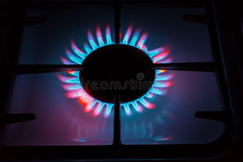 Décrivez quelque chose comme le gaz brûlant venant des brûleurs à gaz Flamme multicolore image libre de droits