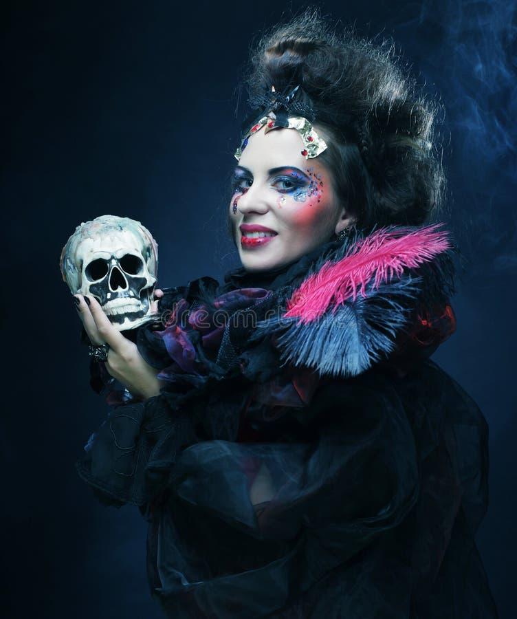 Décrivez une belle femme d'imagination avec le crâne images libres de droits