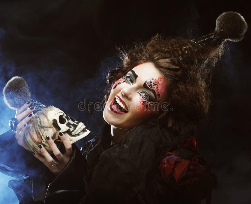 Décrivez une belle femme d'imagination avec le crâne photos stock
