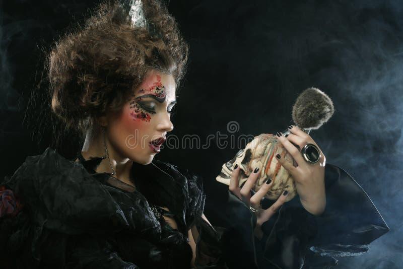 Décrivez une belle femme d'imagination avec le crâne Une grande toile d'araignée avant de lune lumineuse étrange images stock