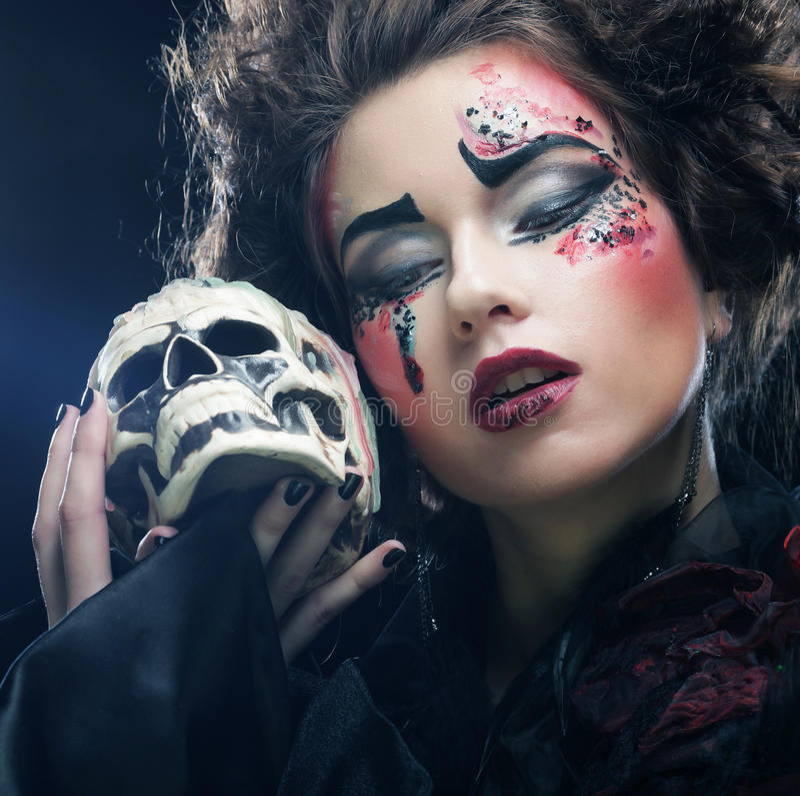 Décrivez une belle femme d'imagination avec le crâne Une grande toile d'araignée avant de lune lumineuse étrange images libres de droits