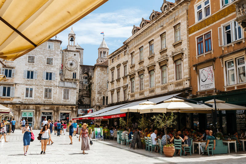 Dédoublez, la Croatie - juillet 2016 - place du ` s de personnes du soleil d'été avec des personnes dans la fente, Croatie photos stock