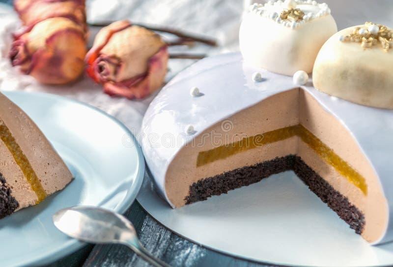 Dédoublez le gâteau de biscuit couvert de lustre de miroir Dans le cadre de la confiserie orange, du café et de la mousse bavaroi images libres de droits