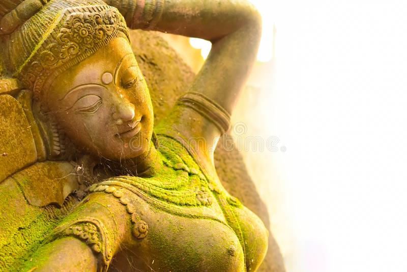 Déesse de stuc sacrée avec de la mousse verte photos libres de droits