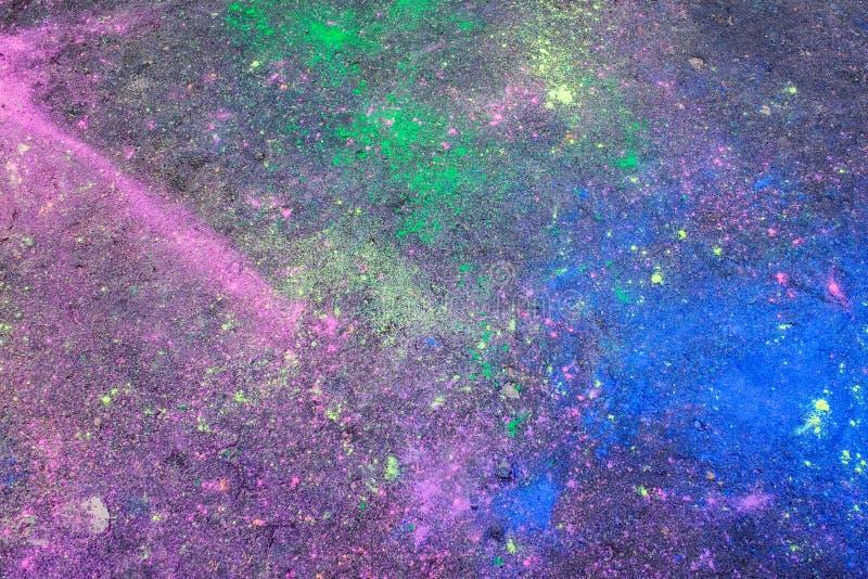 Défauts colorés abstraits sur la surface d'asphalte photo stock