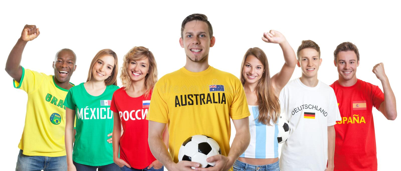 Défenseur australien du football avec des fans d'autres pays images stock