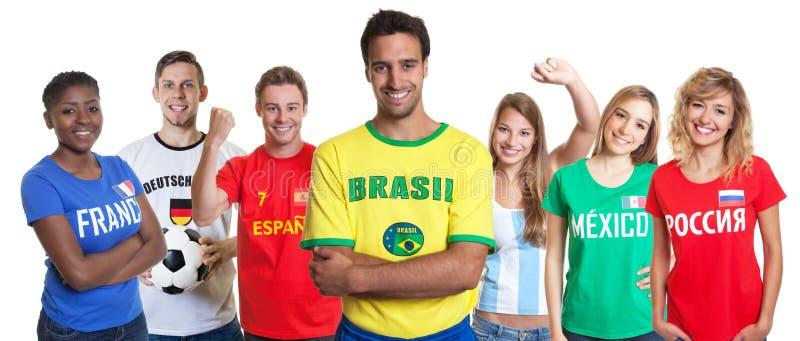 Défenseur brésilien du football avec les bras et les fans croisés d'autre images libres de droits