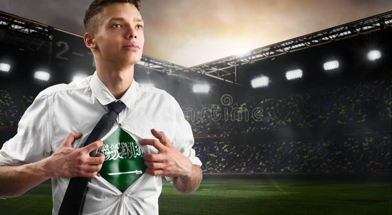 Défenseur du football ou du football de l'Arabie Saoudite montrant le drapeau photos libres de droits