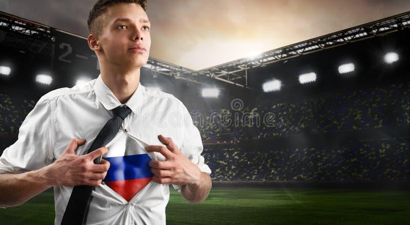 Défenseur du football ou du football de la Russie montrant le drapeau photo stock