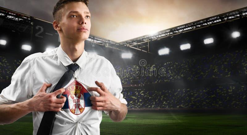 Défenseur du football ou du football de la Serbie montrant le drapeau photo stock