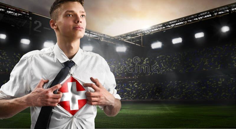 Défenseur du football ou du football de la Suisse montrant le drapeau photo stock