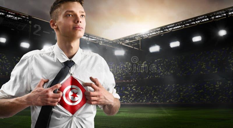 Défenseur du football ou du football de la Tunisie montrant le drapeau photographie stock libre de droits
