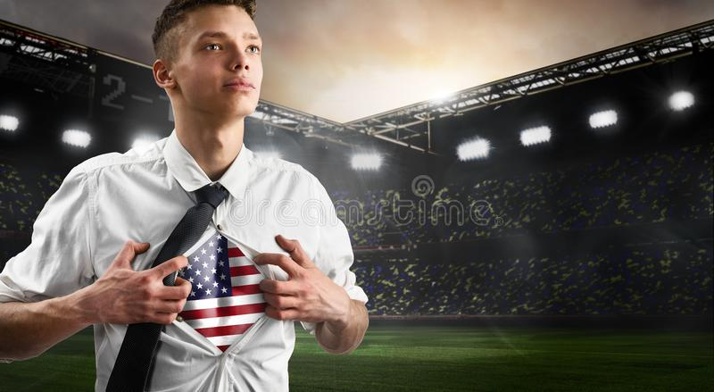 Défenseur du football ou du football des Etats-Unis montrant le drapeau image stock