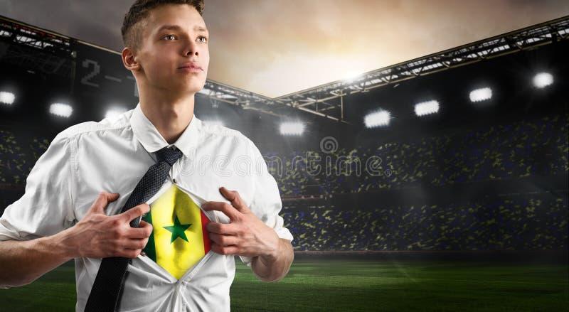 Défenseur du football ou du football du Sénégal montrant le drapeau photographie stock libre de droits