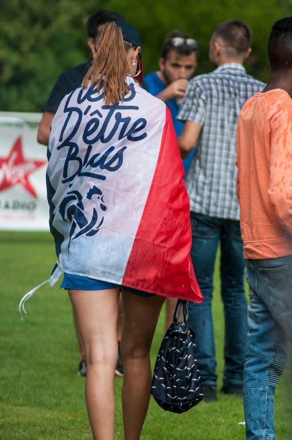 défenseur français du football avec le drapeau français photographie stock libre de droits