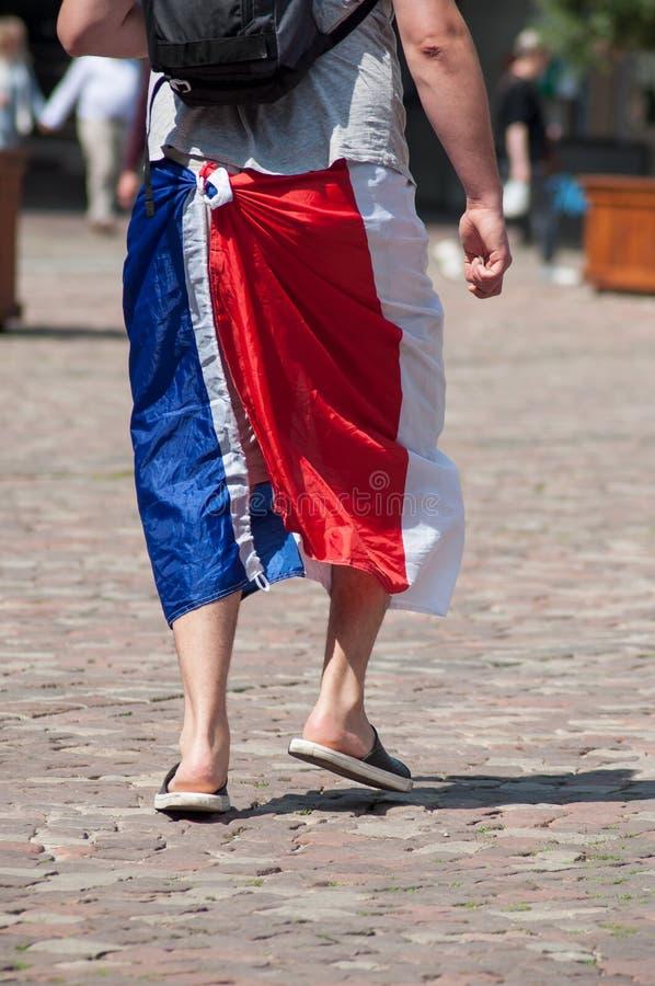 défenseur français du football avec le drapeau français sur des jambes photographie stock libre de droits